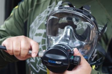 Socorrista prepara máscara de mergulho