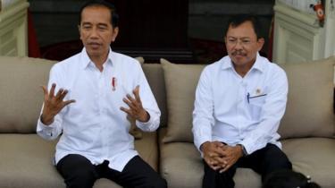 Presiden Joko Widodo, didampingi Menteri Kesehatan Terawan, menjelaskan tentang kasus pertama virus corona di Indonesia.