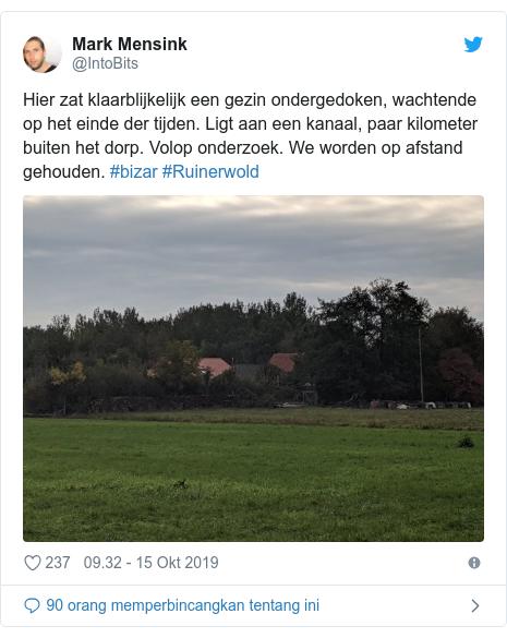 Twitter pesan oleh @IntoBits: Hier zat klaarblijkelijk een gezin ondergedoken, wachtende op het einde der tijden. Ligt aan een kanaal, paar kilometer buiten het dorp. Volop onderzoek. We worden op afstand gehouden. #bizar #Ruinerwold