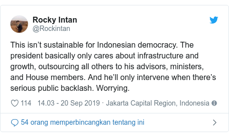 Twitter pesan oleh @Rockintan: This isn't sustainable for Indonesian democracy. The president basically only cares about infrastructure and growth, outsourcing all others to his advisors, ministers, and House members. And he'll only intervene when there's serious public backlash. Worrying.