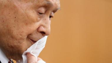 Tokyo Olympics Organizing Committee President Yoshiro Mori removes his face mask before a press conference on 4 February
