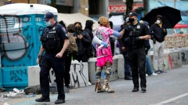 Police talk to protesters in the Capitol Hill Occupied Protest zone. Photo: 28 June 2020