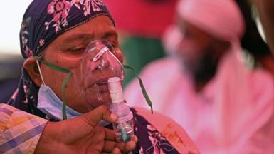 Patients breathe with the help of oxygen provided by a Gurdwara, a place of worship for Sikhs, under a tent installed along the roadside amid Covid-19 coronavirus pandemic in Ghaziabad on April 26, 2021.