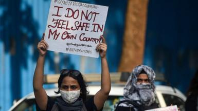 นักเคลื่อนไหวถือป้ายระหว่างการประท้วงเพื่อประณามแก๊งข่มขืนและสังหารหญิงวัย 19 ปีในหมู่บ้าน Bool Garhi ของรัฐอุตตรประเทศในมุมไบเมื่อวันที่ 6 ตุลาคม 2020