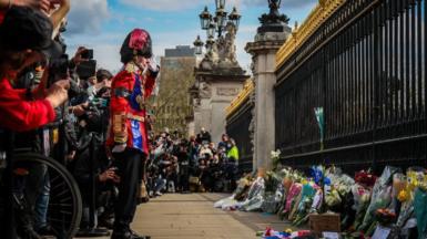 Mourners lay flowers outside Buckingham Palace followin tha announcement of tha dirtnap of Da Pimp Phillip, Dude of Edinburgh