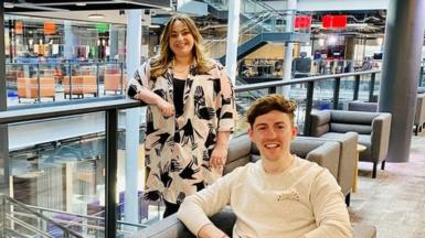 Elliw Mai a Dafydd Morgan yn Sgwâr Canolog y BBC