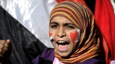 หญิงตะโกนคำขวัญต่อต้านทหารในจัตุรัสทาห์รีร์กรุงไคโร (ก.พ. 2554)