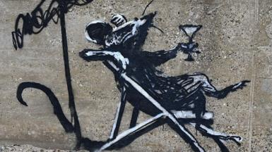 'Banksy' rat on Lowestoft beach