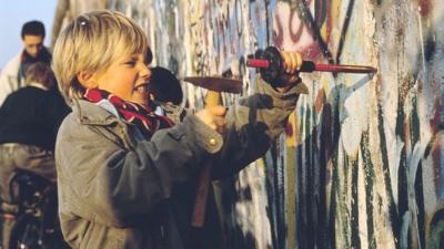 Berlin Wall anniversary: Fall of the wall 30 years on - CBBC Newsround