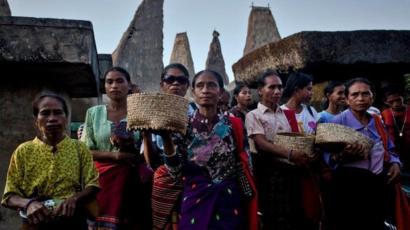 Mujeres de Sumba durante un ritual en la tumba de sus antepasados.