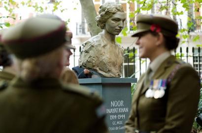 حفل إزاحة الستار عن تمثال نور عنايت خان في ساحة غوردون بوسط لندن في 8 نوفمبر/تشرين الثاني 2012 في لندن.