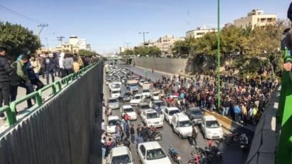 صحنه ای از اعتراضات آبان که به قطع طولانی اینترنت منجر شد