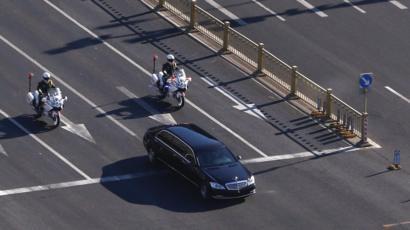 Dos policías en moto siguiendo un carro negro
