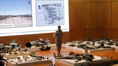 مسؤول عسكري سعودي يقدم شرحا على حطام طائرة مسيرة
