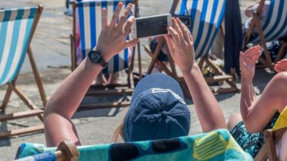 EU mobile roaming charges scrapped - BBC News
