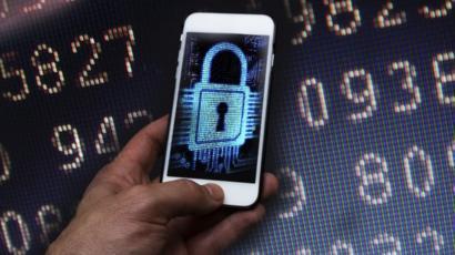 صورة تخيلية لجريمة قرصنة إلكترونية لهاتف، واختراق أمانه وسرقة بياناته