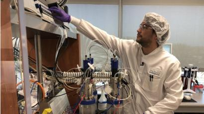 Ilmuwan di Inovio lab di San Diego, CA