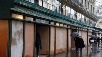 Protestolar nedeniyle Paris'te çok sayıda dükkan kepenk indirdi.