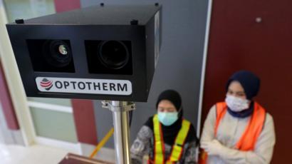 Pemerintah mengaktifkan 135 alat pemindai suhu tubuh atau thermo scanner di 135 pintu masuk Indonesia baik melalui darat, laut maupun udara.