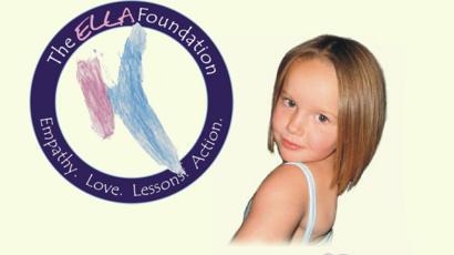 Foto de Ella junto à logo da ELLA foundation. Menina foi assassinada pelo irmão