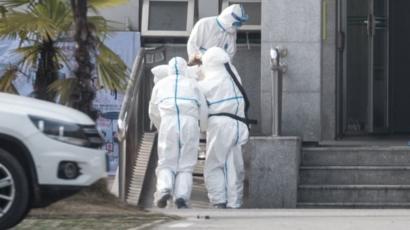 Para pasien virus corona dirawat di Rumah Sakit Jinyintan.