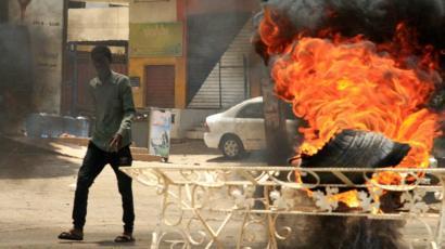 أشعل محتجون النار في إطارات لمحاولة وقف تقدم القوات