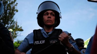Una policía en San Juan.