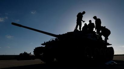 جنود فوق دبابة في طرابلس