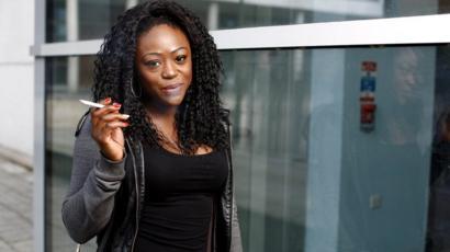 sigara içen Afrikalı kadın