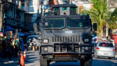 Patrulla en una favela en Brasil