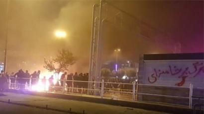 در اعتراضات ابان بسیاری علیه حکومت و رهبر ایران شعار دادند