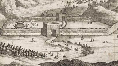 Gravura de pessoas passando por um portão na Grande Muralha da China