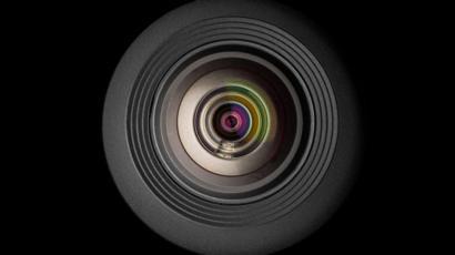 عدسة كاميرا موبايل على خلفية سوداء