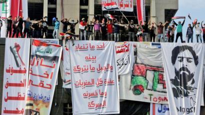 مظاهرات العراق المطعم التركي متظاهرون على جبل أحد وسط بغداد