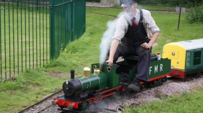 Fancott Miniature Railway: Pub attraction needs staff - BBC News