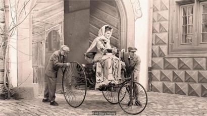 Bertha Benz sobre seu carro, com rodas de madeira