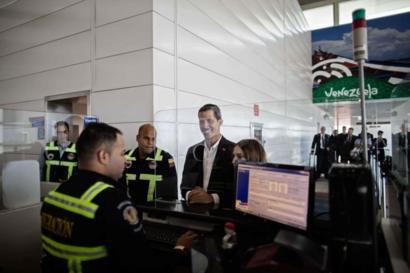 Guaidó pasó por migración.