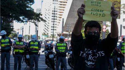 Protesta por la muerte de George Floyd en Brasil.
