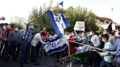 Estudiantes iraníes queman banderas israelíes durante una protesta frente a la embajada de EAU en Teherán, Irán (15 de agosto de 2020)