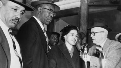 โรซา พาร์กส์ สตรีชาวอเมริกันเชื้อสายแอฟริกัน ผู้จุดชนวนการเรียกร้องสิทธิพลเมืองให้แก่คนอเมริกันเชื้อสายแอฟริกันทั่วประเทศในช่วงคริสต์ทศวรรษ 1960