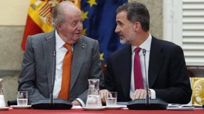 خوان كارلوس ملك إسبانيا السابق يغادر بلاده بعد ورود اسمه في قضية ...