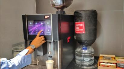 • یخچالها، دستگیره کشوها، شیرهای آب، دستگیرهها یا دکمههای درهای خروجی و قوریهای قهوه به طور معمول بیشترین میزان تجمع میکروب را دارند