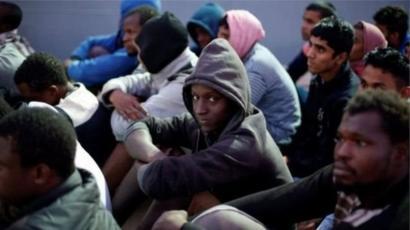 يشبه المهاجرون الأفارقة مخيمات اللاجئين في ليبيا بجهنم