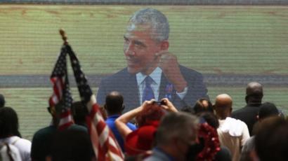 Obama en pantalla gigante.