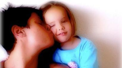 Paris e Ella. Menino matou a irmã a facadas quando ela tinha quatro anos