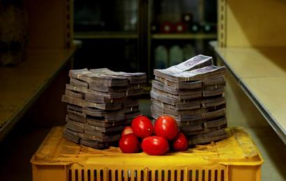 Um quilo de tomate ao lado de 5.000.000 bolívares