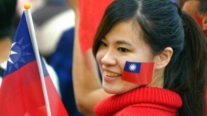 Una mujer con una bandera de Taiwán
