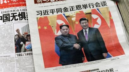 Periódicos con la foto de Kim y Xi