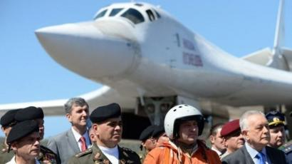 El ministro de Defensa de Venezuela, Vladimir Padrino, le dio la bienvenida en diciembre a los pilotos rusos que llegaron en dos bombarderos.