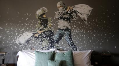 Resultado de imagem para Quadro que Banksy mostra na Cisjordânia